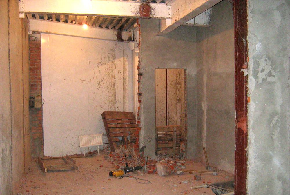 При перепланировке квартиры категорически запрещено трогать несущие стены дома