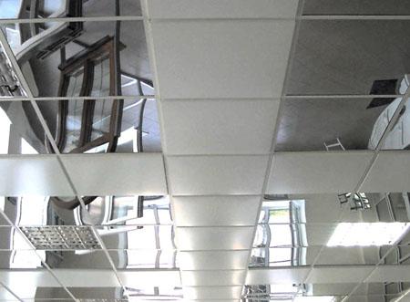 Зеркальный панельный потолок