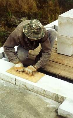 Выравнивание ряда пенобетонной стены дома