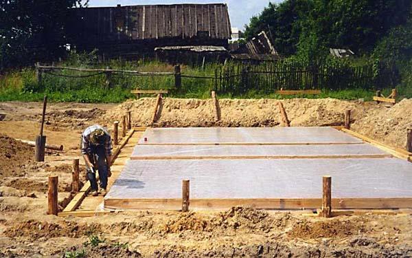 Уплотненный песок под плиты закрывается пленкой