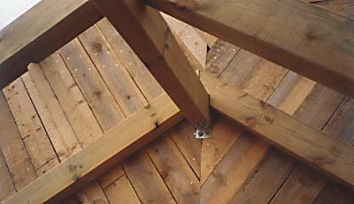 Дополнительное крепление уголком стропил крыши дома