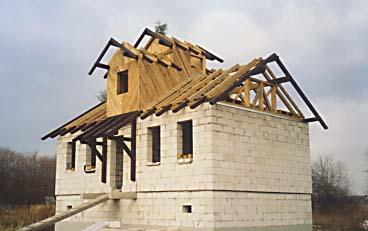 Готовая стропильная конструкция дома из пенобетона