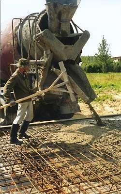 Заливка бетона из миксера