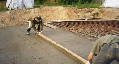 Распределение бетонной смеси по опалубке