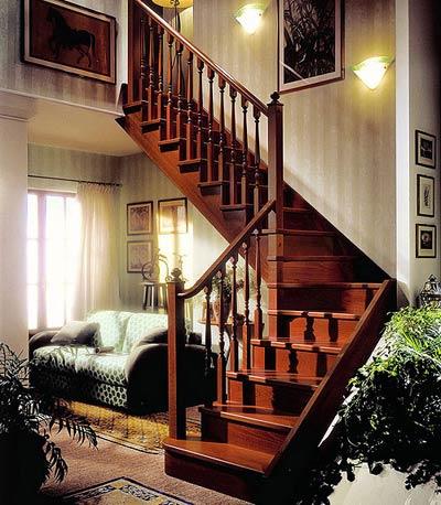 Деревянная поворотная лестница в доме