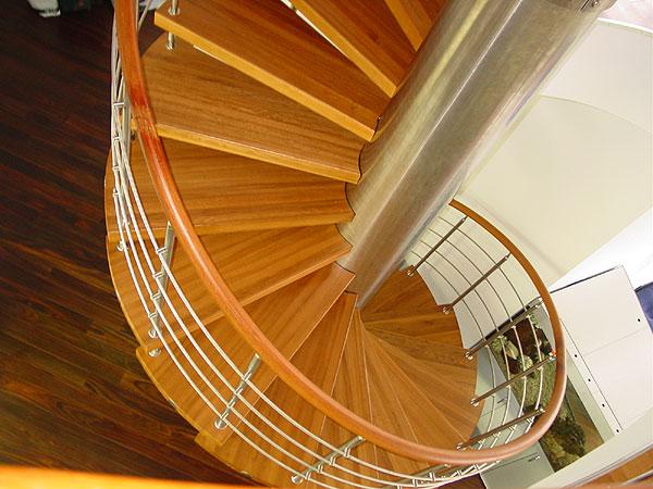 Винтовая деревянная лестница из железным столбом