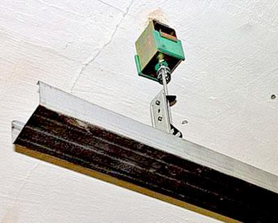 Крепление направляющей для гипсокартона с использованием вибороразвязывающей прокладки