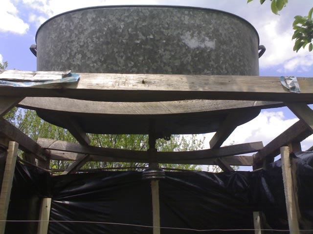 Сверху устанавливаем емкость для воды с краном