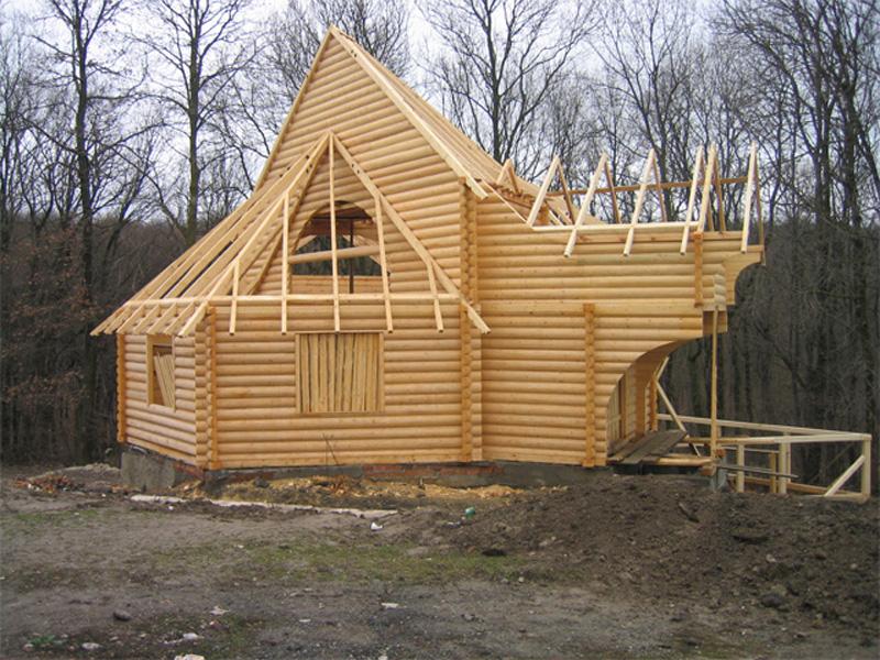 Дома из оцилиндрованого бревна в процессе строительства