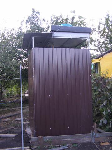 Летний душ на даче из металла готов
