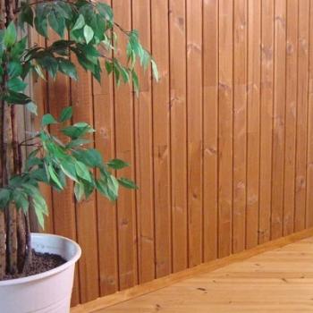 Стена, обшитая деревянной вагонкой