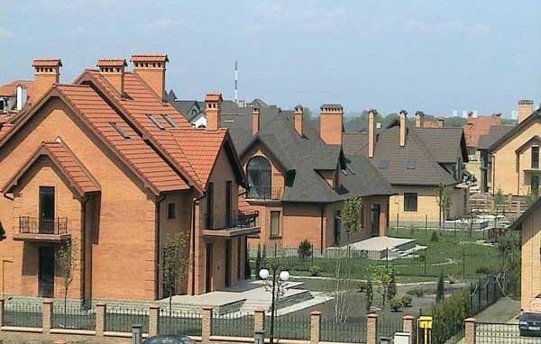 Похожие проекты готовых домов в коттеджном городке встретить трудно