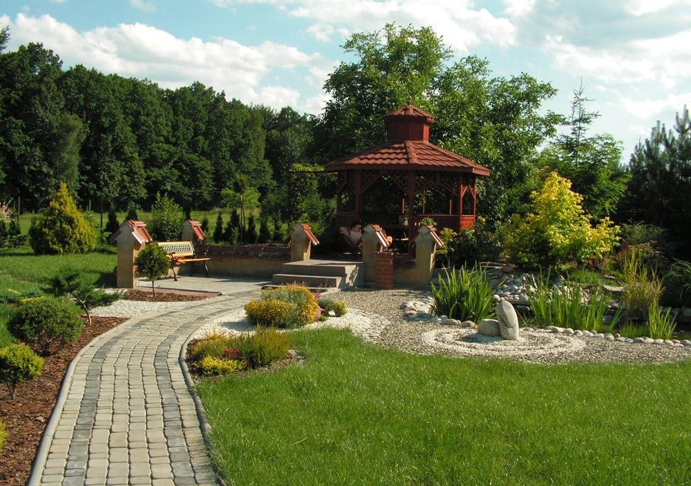 Всю зелень сада лучше высаживать отдельными группами, а не «зеленым коридором»