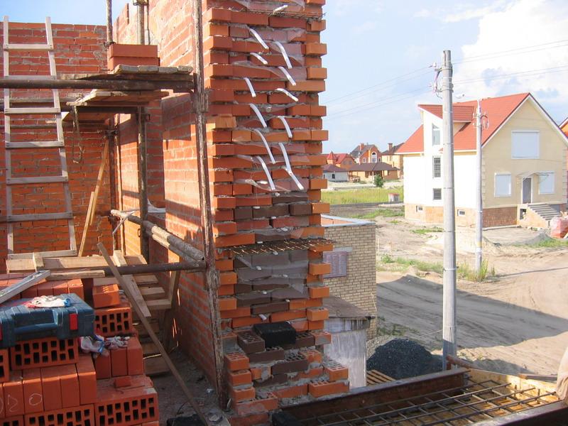 Кладка кирпичной стены дома