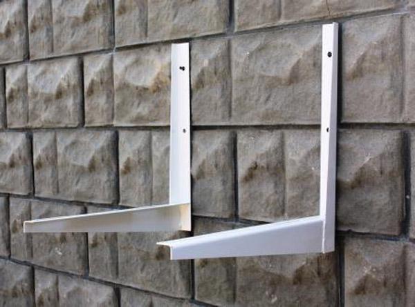 Кронштейны не должны крепиться к внешней облицовке стен дома