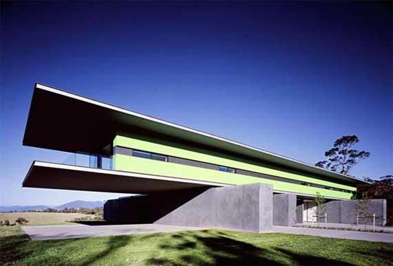 Смелый дизайн дома, ориентирован на экономию места на участке за счет увеличенного в площади второго этажа