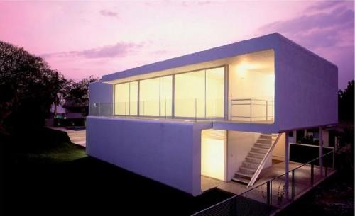 Дом на узком участке имеет форму вытянутого прямоугольника
