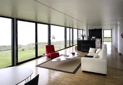 Минимум перегородок и большие окна помогут сохранить пространство комнат