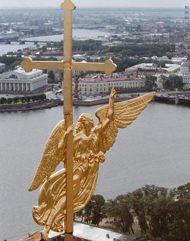 Флюгер в форме ангела на шпиле Петропавловского собора в Санкт-Петербурге