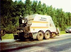 Прицепной битумощебнераспределитель БЩР-375 совместного производства ОАО 'Строммашина' и фирмы Breining (Fayat Group), Германия