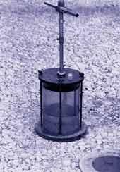 Рис. 2. Баллонный плотномер конструкции Ленфилиала СоюздорНИИ для контроля плотности щебеночного основания