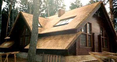 Соломенная крыша обладает естественной вентиляцией, поэтому дополнительных приспособлений и оборудования не потребуется