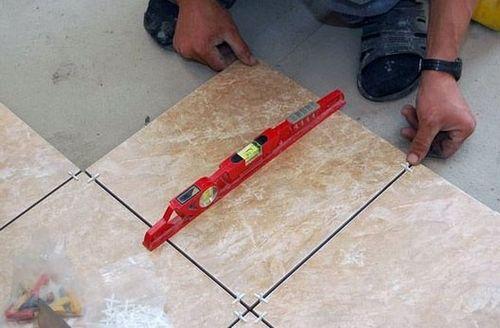 Качество покрытия в этом случае зависит от того, насколько ровно уложена напольная плитка.